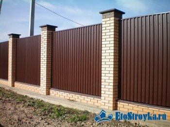 Забор кирпичный с профнастилом